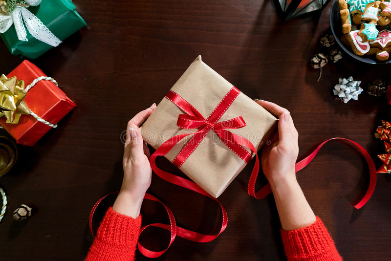 La donna passa lo spostamento dei regali di natale in carta fotografia stock