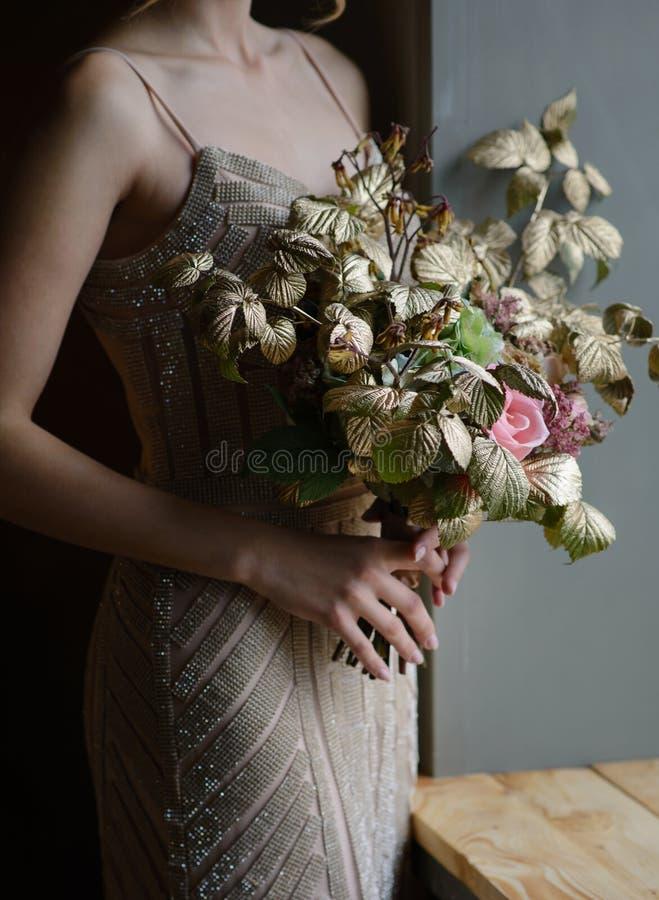 La donna passa la tenuta del mazzo decorato bello dei fiori, tiro del primo piano fotografie stock libere da diritti