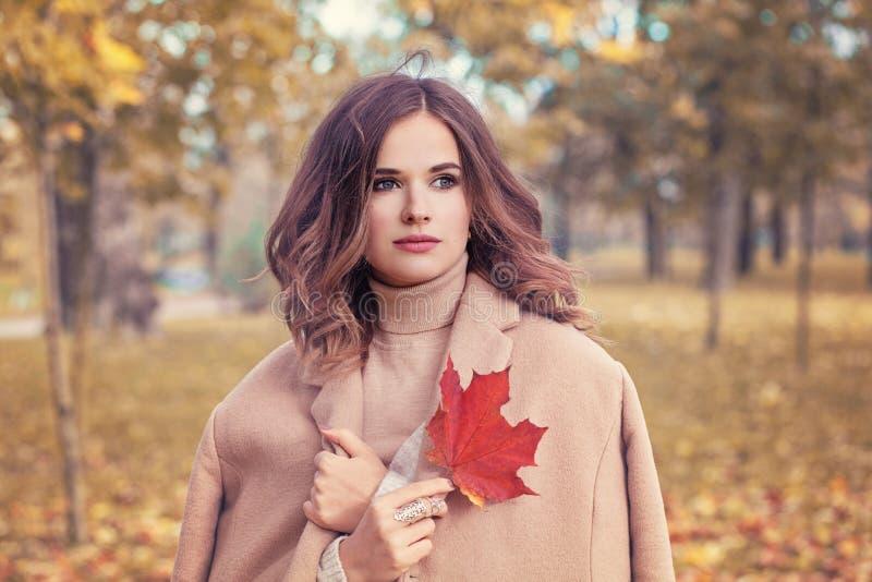 La donna perfetta con Autumn Leaf giallo dentro sente la mano immagine stock libera da diritti
