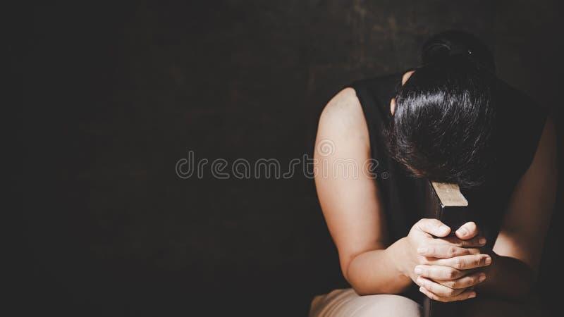 La donna prega per il dio che la benedizione al desiderio ha una migliore vita mani della donna che pregano al dio con fotografia stock