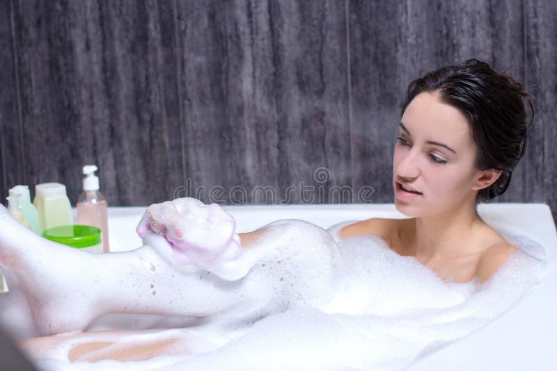 La donna prende il bagno immagini stock libere da diritti
