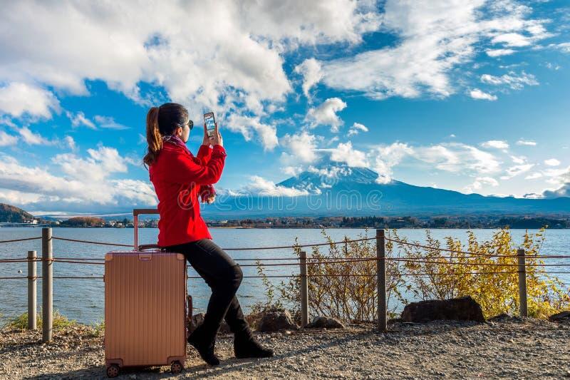 La donna prende una foto alle montagne di Fuji Autunno nel Giappone concetto di corsa fotografia stock
