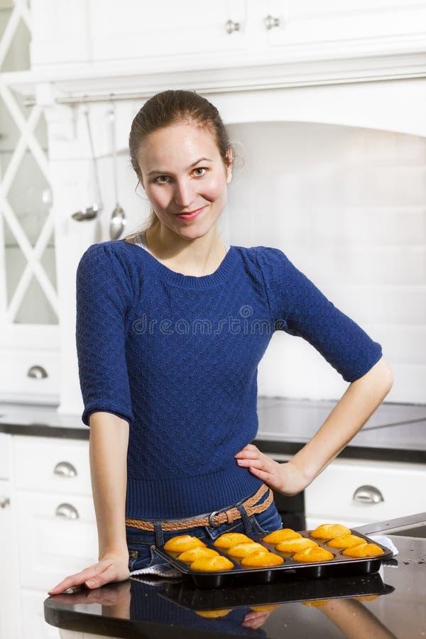 La donna produce i muffin fotografia stock libera da diritti