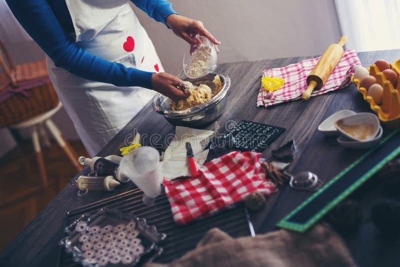 La donna produce il pane dello zenzero immagini stock