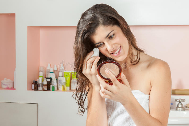 La donna pulisce il vostro fronte fotografia stock