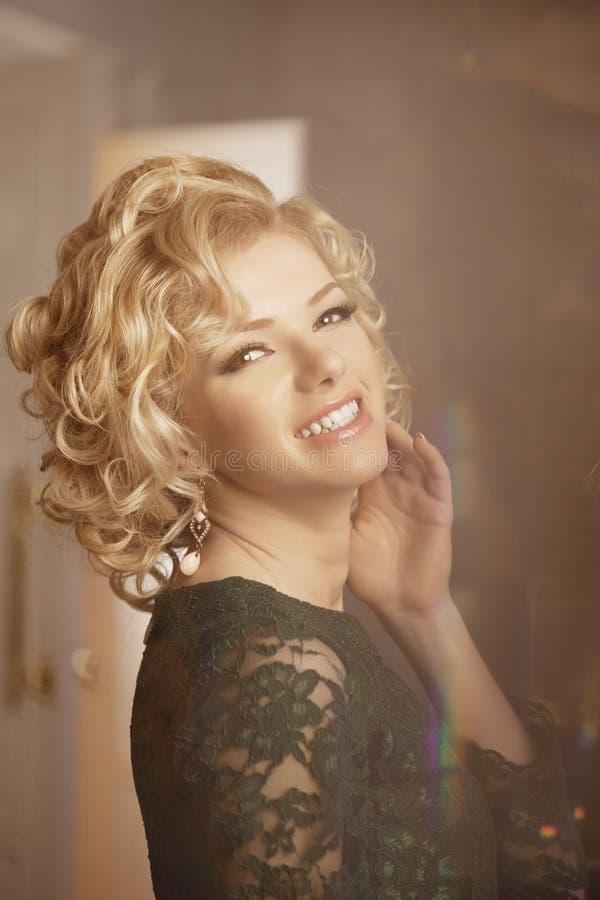 La donna ricca di lusso gradisce Marilyn Monroe immagine stock