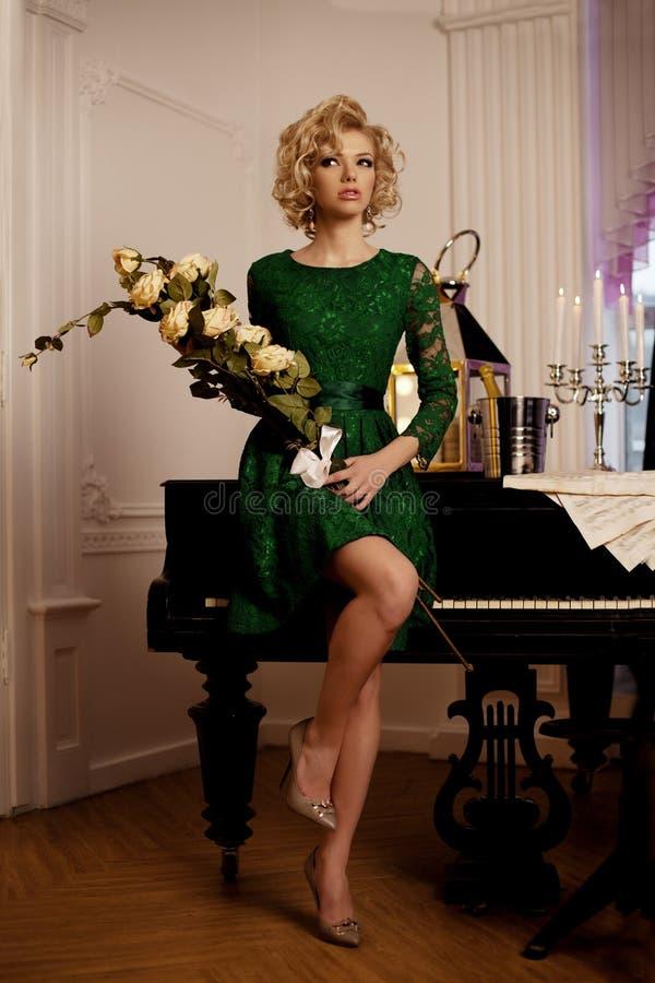 La donna ricca di lusso gradisce Marilyn Monroe fotografia stock