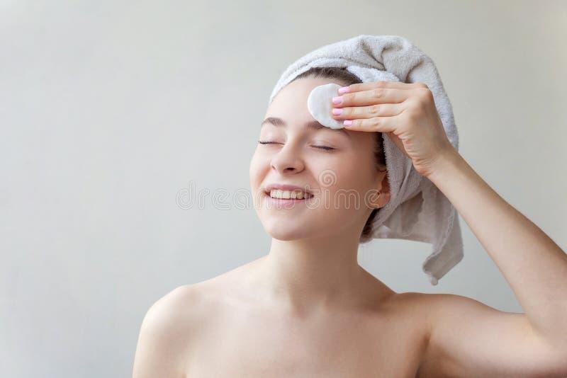 La donna rimuove i cosmetici immagine stock