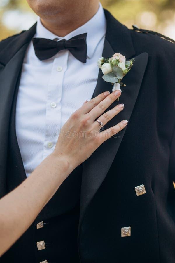 la donna ripara gli accessori per governare lo smoking di Scottish fotografie stock libere da diritti
