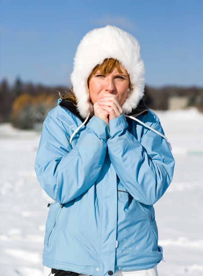 La donna ritiene il freddo fotografia stock libera da diritti