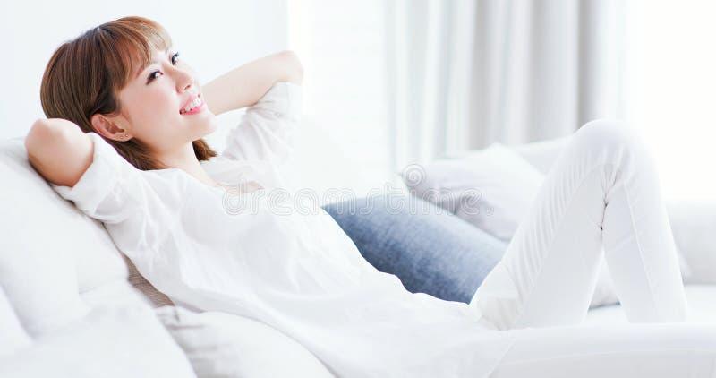 La donna ritiene spensierata a casa fotografie stock