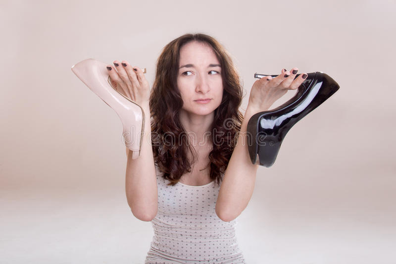 La donna sceglie i pattini fotografia stock