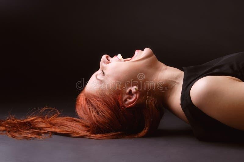 La donna scoppia fuori la risata fotografia stock