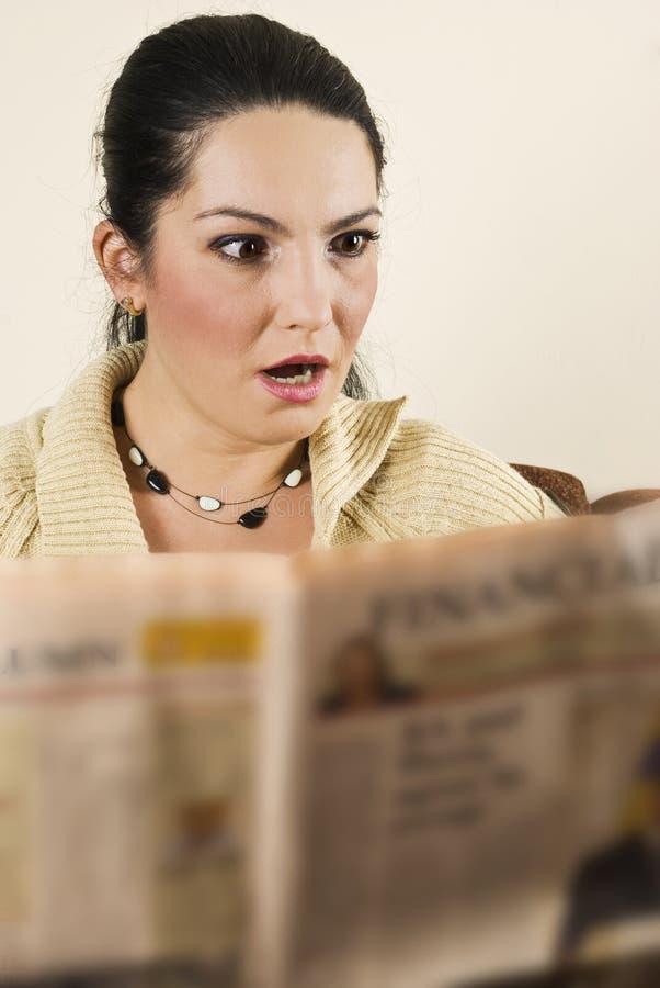 La donna scossa ha letto le notizie difettose fotografie stock