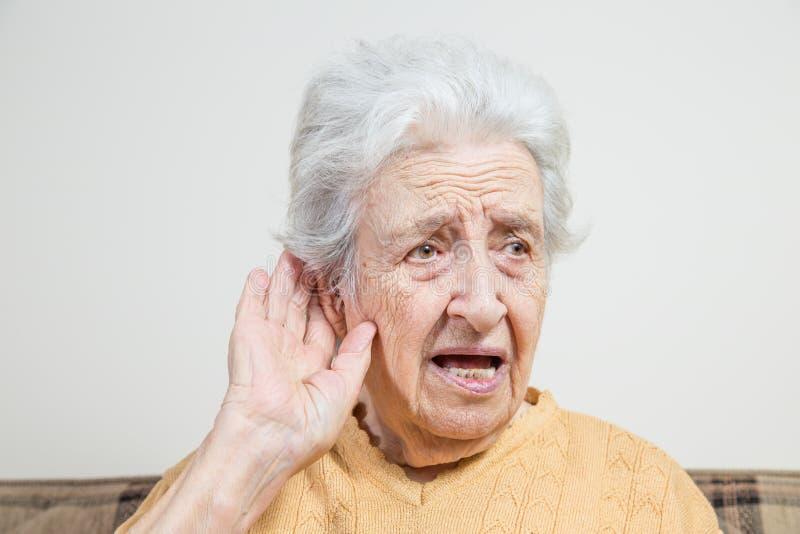 La donna senior non può sentire fotografia stock
