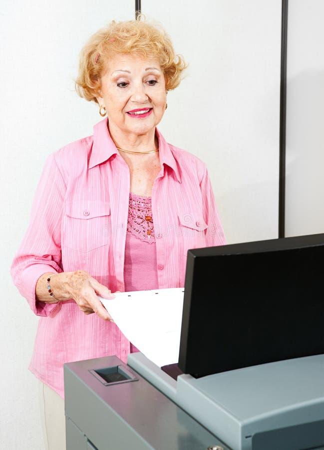 La donna senior vota elettronicamente fotografia stock libera da diritti