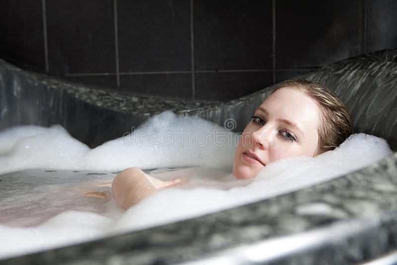 La donna seria gode della bagno gomma piuma nella vasca da bagno immagine stock immagine di - Foto nella vasca da bagno ...
