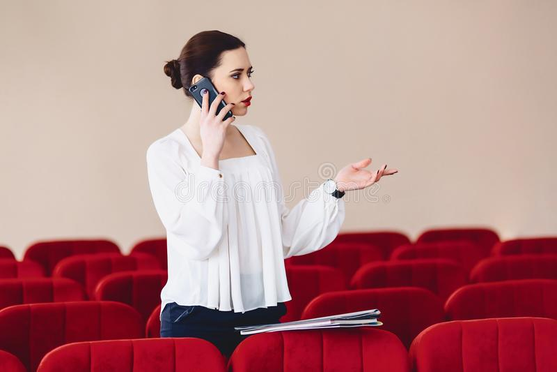 la donna seria sta parlando seriamente sopra il telefono fotografia stock libera da diritti