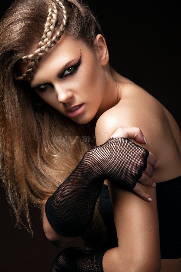 La donna sexy con trucco di arte e di taglio di capelli sta ballando lo stile della discoteca 80 Ritratto del primo piano di Vogu fotografia stock