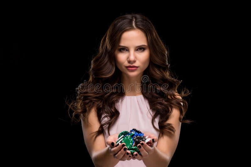 La donna sexy in una tenuta del vestito da rosa di eleganza ha colorato delicatamente i chip di mazza Conquista della donna fotografia stock libera da diritti