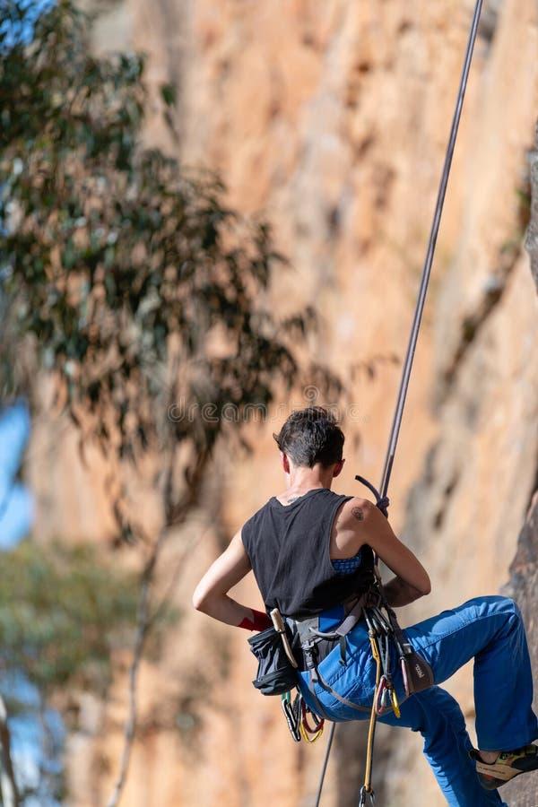 La donna si cala in corda doppia il fronte verticale della scogliera al circuito di Ledge Porters Pass Centennial Glen delle pare fotografia stock libera da diritti
