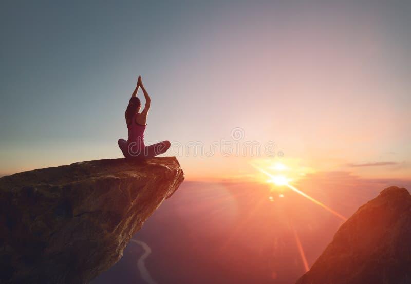 La donna si esercita nell'yoga fotografia stock libera da diritti