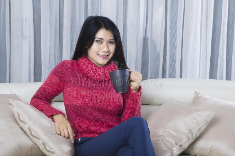 La donna si rilassa con tè caldo immagini stock libere da diritti