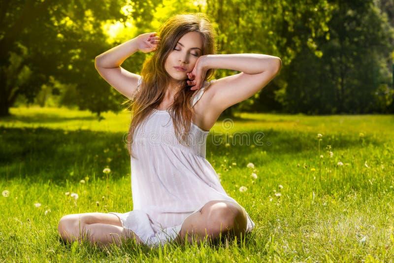 La donna si rilassa in primavera il parco fotografia stock