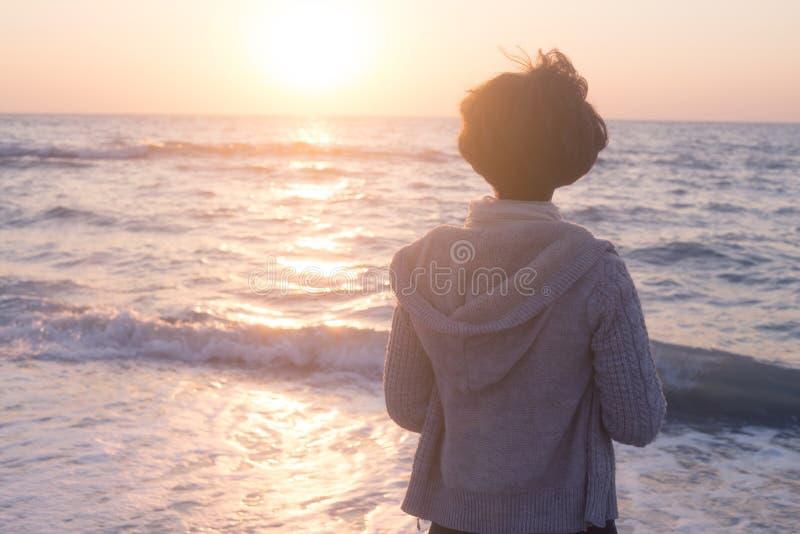 La donna si rilassa sulla spiaggia fotografia stock