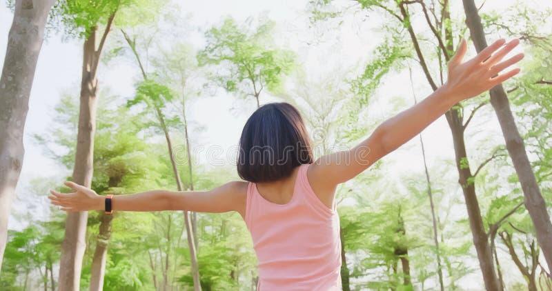 La donna si sente libero in foresta fotografie stock libere da diritti