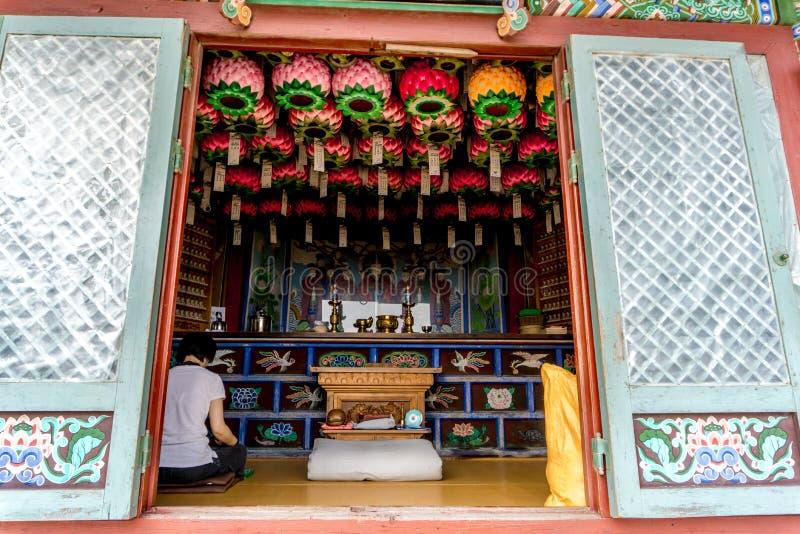 La donna si siede e fa la meditazione nella contea antica di stile cinese fotografie stock