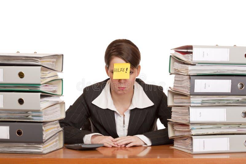 La donna sollecitata di affari in ufficio ha bisogno della guida fotografie stock libere da diritti