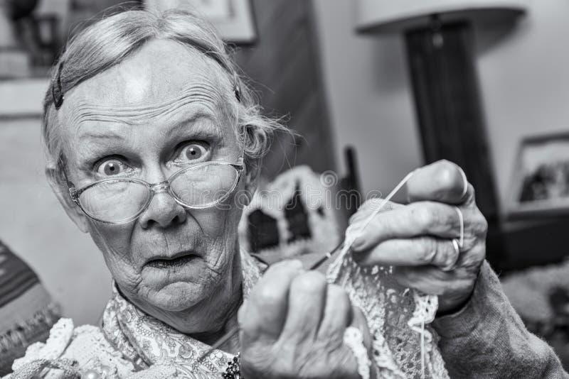 La donna sorpresa con lavora all'uncinetto fotografia stock
