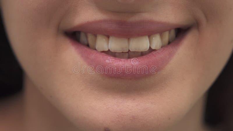 La donna sorride alla stazione termale immagini stock