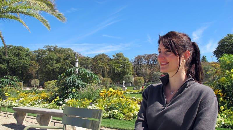 La donna sorride in un parco immagini stock libere da diritti