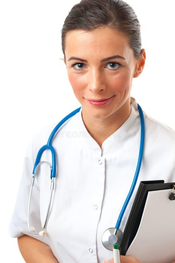 La donna sorridente attraente con lo stetoscopio sul collo tiene il Cl in bianco fotografia stock libera da diritti