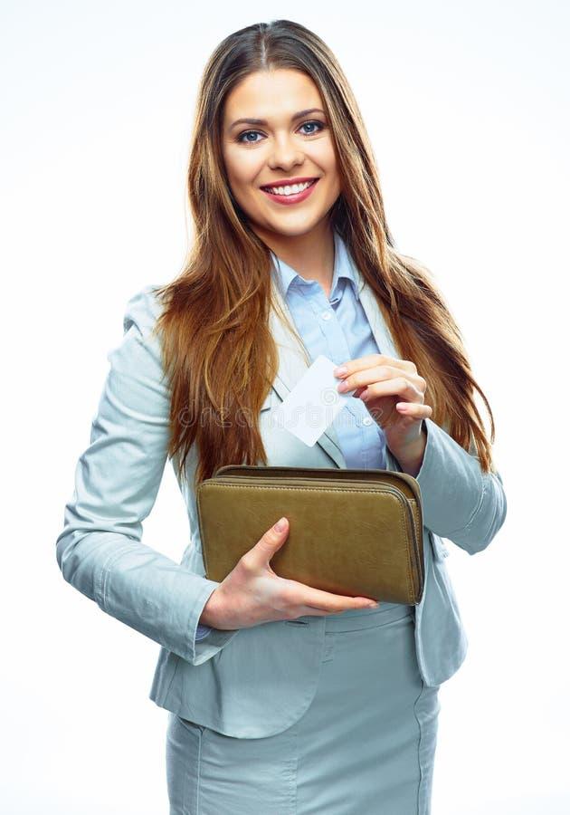La donna sorridente di affari tiene la carta di credito e la borsa di pagamento whit fotografie stock