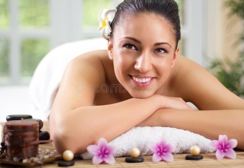 La donna sorridente di Beautifu che ha un benessere indietro massaggia fotografia stock libera da diritti