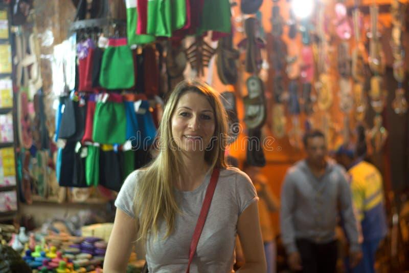 La donna sorridente nella notte fra le stalle del Medina fotografie stock libere da diritti