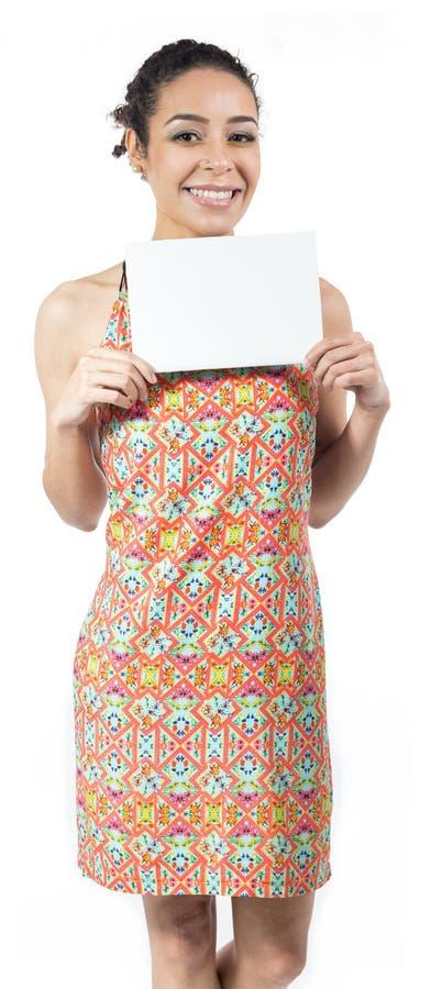 La donna sorridente tiene un bordo in bianco Spazio di pubblicità Dura immagine stock libera da diritti