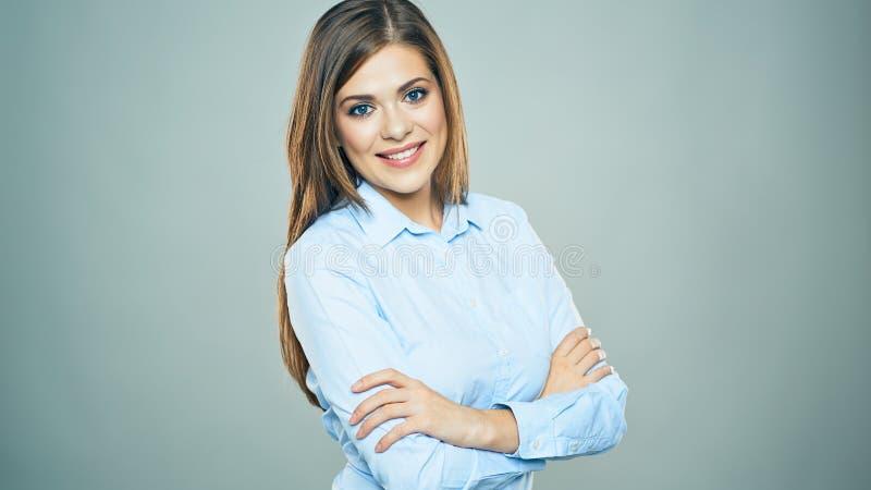 La donna sorridente a trentadue denti di affari attraversata arma il ritratto isolato fotografia stock libera da diritti