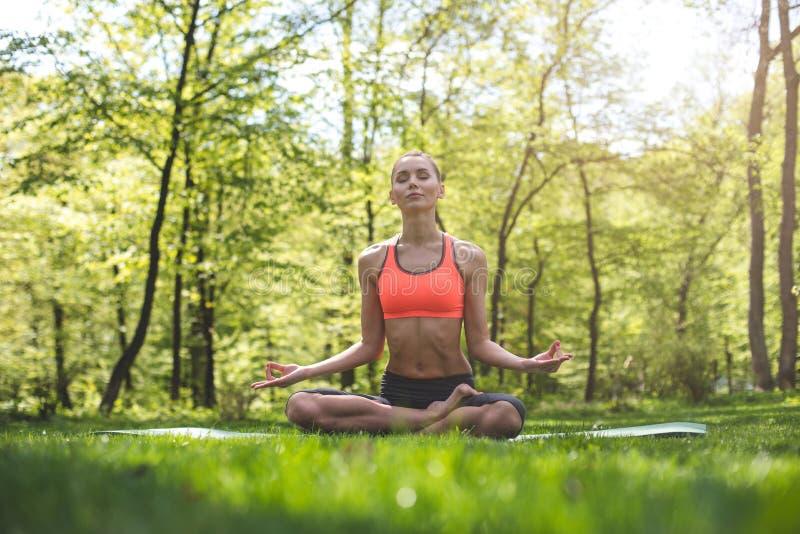 La donna spensierata sta meditando in natura fotografia stock libera da diritti