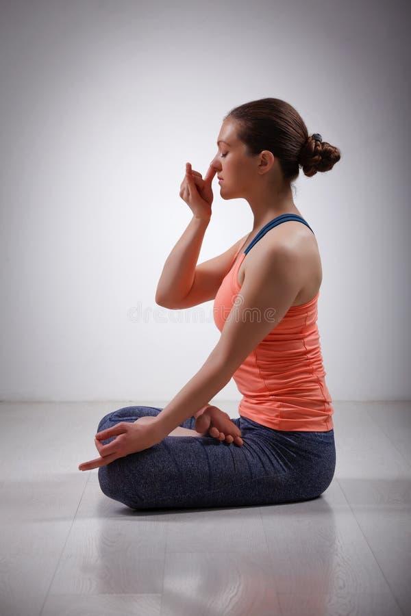 La donna sportiva di yogini di misura pratica il pranayama di yoga immagini stock
