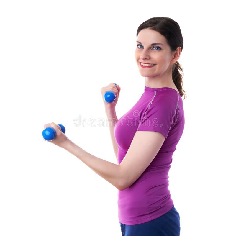 La donna sportiva sorridente nel T-breve bianco eccessivo viola ha isolato il fondo fotografia stock libera da diritti