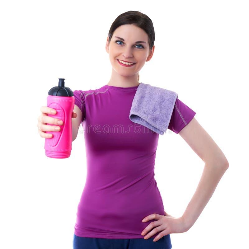 La donna sportiva sorridente nel T-breve bianco eccessivo viola ha isolato il fondo immagini stock