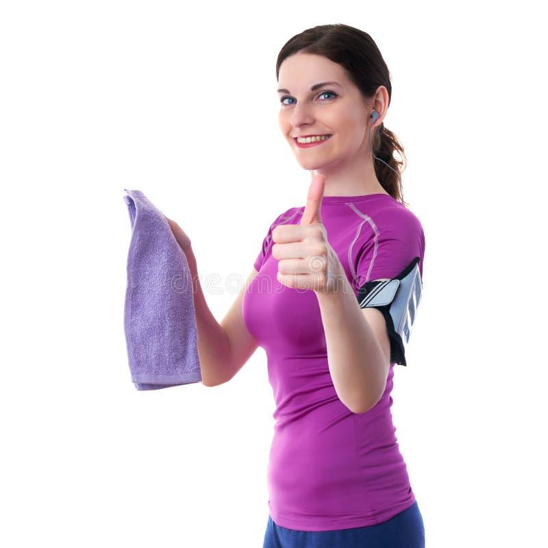 La donna sportiva sorridente nel T-breve bianco eccessivo viola ha isolato il fondo fotografie stock libere da diritti