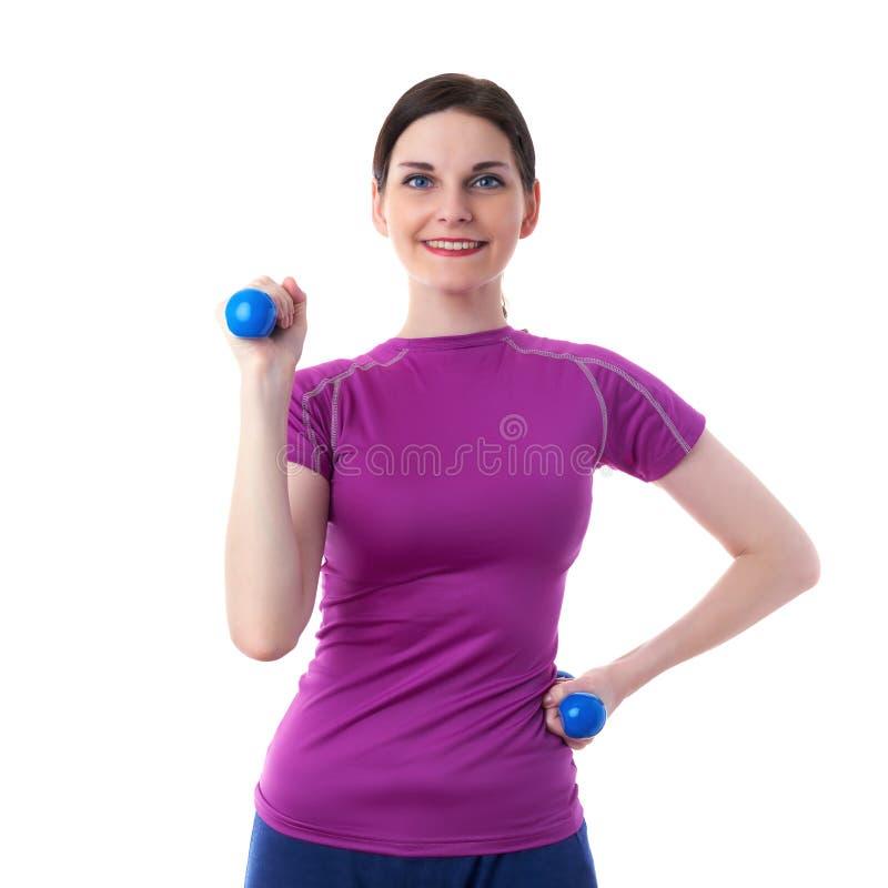 La donna sportiva sorridente nel T-breve bianco eccessivo viola ha isolato il fondo fotografia stock