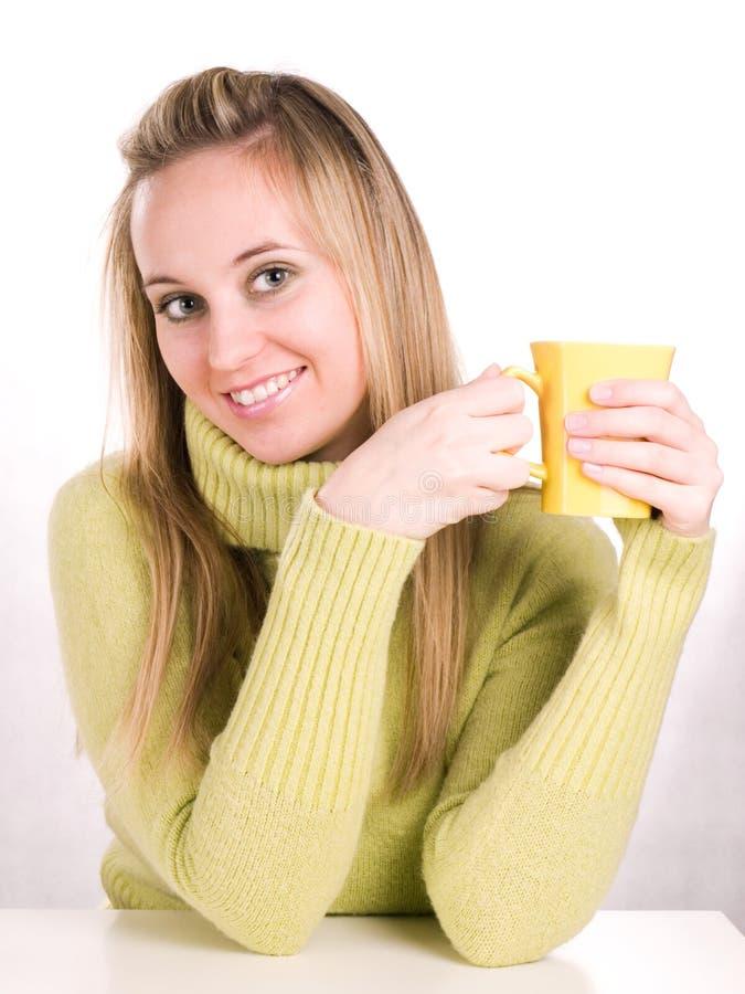 La donna sta bevendo un tè fotografia stock libera da diritti