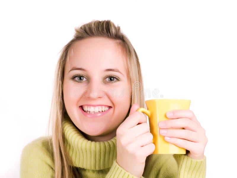La donna sta bevendo un tè immagine stock