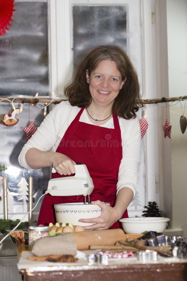 La donna sta cocendo il biscotto immagine stock